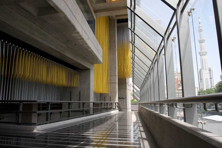 Los acabados del edificio en su exterior son de concreto en obra limpia, en el Interior es de Cemento liso, bloques de concreto a la vista y madera.