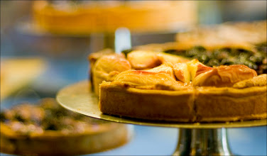 Photo: Rezept für meine Apfeltorte • für den Belag: 3 prächtige Äpfel, 30 g Butter, 30 g Zucker • für den Teig: 230 g Mehl, 100 g Butter, 5 EL Crème Fraîche oder Saure Sahne, 1 EL Sprudelwasser, 1 Prise Salz Der Teig lässt sich einfach zuzubereiten:  100 g kalte Butter würfeln und 10 Minuten bei Zimmertemperatur weich werden lassen. Mehl, Salz und die Butter in eine Rührschüssel geben. Die Butterstücke zwischen den Fingern zerdrücken und so in das Mehl, zu einem groben Teig kneten. 5 EL Crème Fraiche und 1 EL Sprudelwasser hinzugeben. Den Teig kurz durchkneten und zu einer Kugel formen. Den Teig mit den Handballen zwischen 2 Blättern Backpapier zu einem Kreis von ca. 20 cm formen. Den Teig für mindestens 30 Minuten in den Kühlschrank geben. Den Backofen auf 200 °C vorheizen.  Vom Teig das oberste Backpapier entfernen, mit Mehl bestäuben und auf gut 30 cm ausrollen. Die Tortenform mit kaltem Wasser abspülen aber nicht abtrocknen.