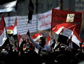Photo: Rezo de los La plaza Tahrir se encuentra abarrotada de egipcios que portan banderas nacionales. Fotografía: AMEL PAIN |EFE