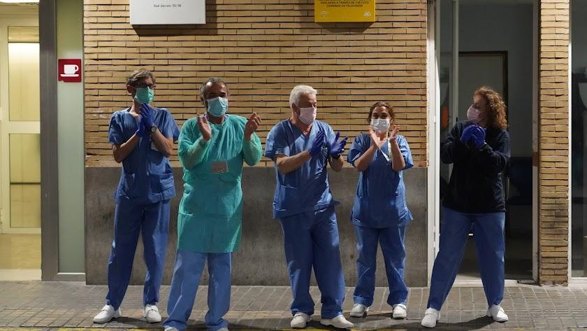 Personal sanitario aplaudiendo.