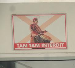 Photo: Sn5Ins0210-160202'tam tam interdit', pancarte sur bateau traversée Dk-Gorée DSC09697.BV