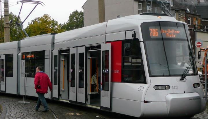 Ein Straßenbahnzug in Düsseldorf.