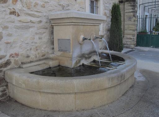 fontaine de puybarret à Visan dans l'enclave des papesvue d' ensemble
