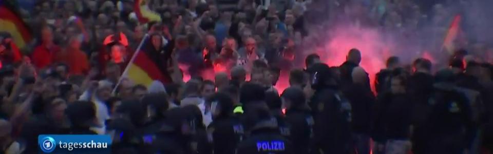 Randalierer mit Feuerwerk und Polizei.