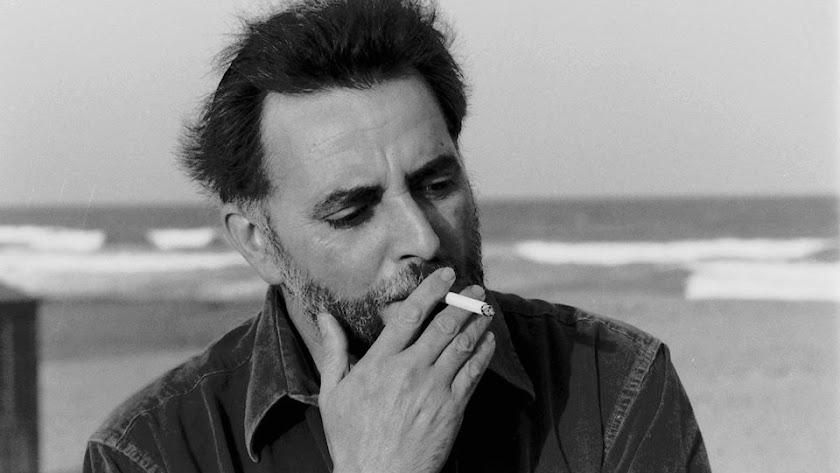 Julio Anguita, fotografiado en una playa de Almería.
