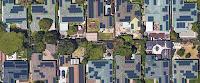 Photo aérienne de maisons équipées de panneaux solaires. Des lignes sont superposées sur chaque toit pour le diviser en zones en fonction de l'angle.