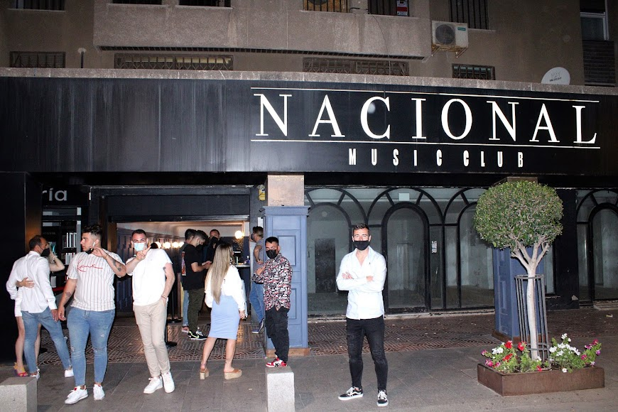Javi Díaz, responsable de National Music Club, en la puerta de su establecimiento hostelero.