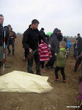 Photo: Børnenes tur til at plante de små træer