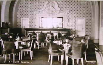 Photo: Bar central do Palácio Quitandinha. As cadeiras eram forradas com pele de carneiro. Foto de Frank Scherschel