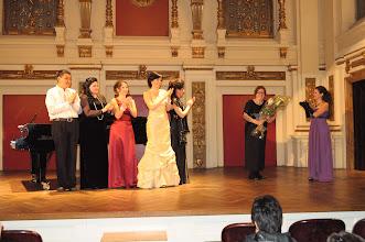 Photo: Konzert Gesangsklasse Elsa Kastela Kreihsl (22.5.2012). Prof. Kastela-Kreihsl mit ihren Schülerinnen beim Schlussapplaus
