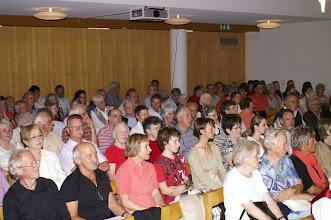 Photo: Vollbesetzter Saal in der Aula