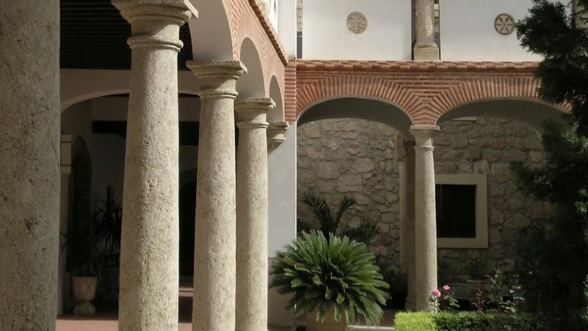 Fotografía del patio del Convento de Las Puras que sirve de portada al libro.