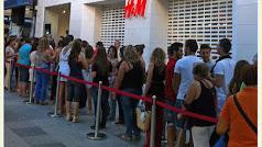 Colas en el Paseo en el momento en el que abrió H&M en septiembre de 2011.