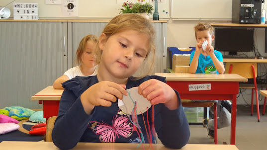 Samen een vriendschapsarmband maken in de klas van juf Laura !