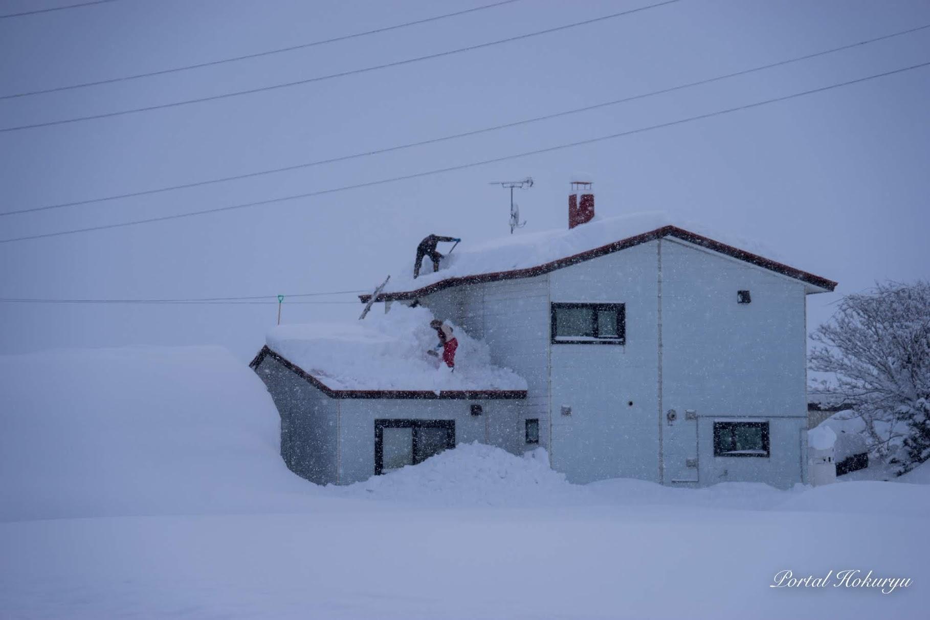 夫婦で屋根雪おろし