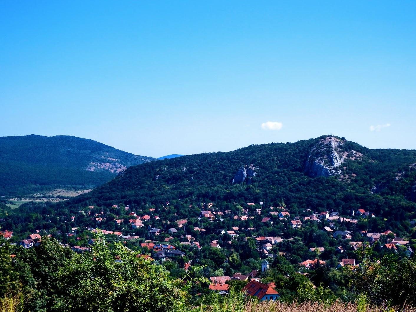 Csobánka - Oszoly-csúcs (329 m, kereszt és zászló)