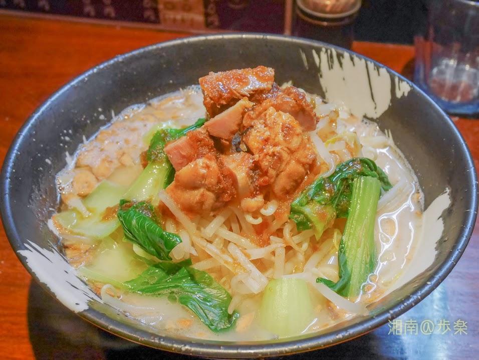こくまろ鶏らーめん 久久 【剛】@780 2017/9/29 麺が太麺、がっしりとしたニンニクともやし・青梗菜、角切りのチャーシューが特徴だった