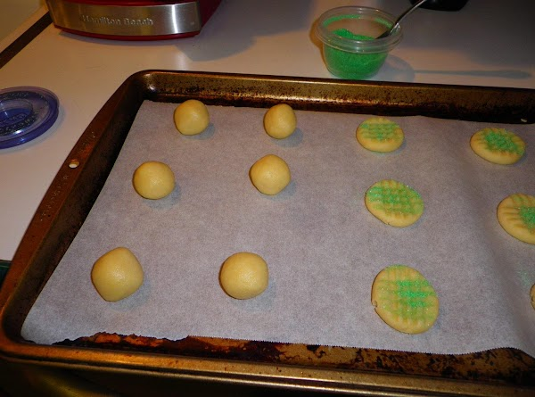 Roll into balls, place on cookie sheet and press down with fork.