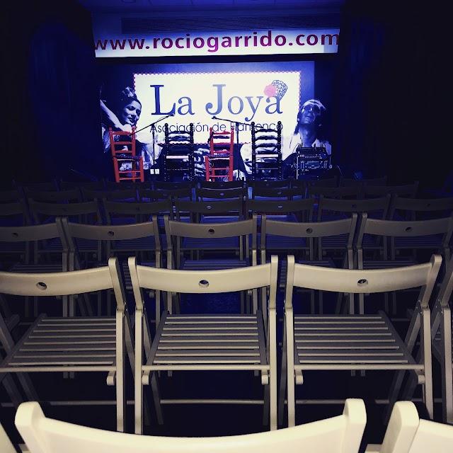 El tablao se encuentra en la Escuela de Flamenco Rocío Garrido y tiene capacidad para 70 personas.