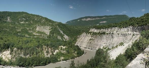 Der Fluss Rioni hat sich tief in die Landschaft aus Kalksteinfelsen eingegraben.