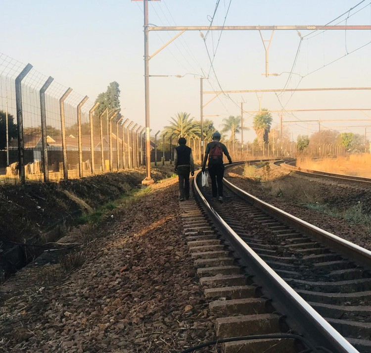 'Dit is riskant, maar ons het geen keuse nie': steenkool steel van verbygaande treine - TimesLIVE