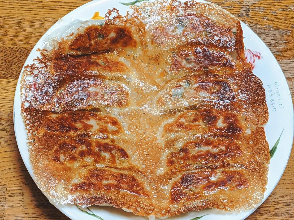 味の素ギョーザこんがり焼けてお皿に羽根を上にして盛りつけた画像