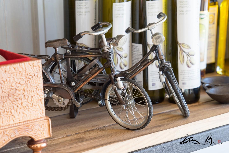 棚に飾られたミニチュアバイク