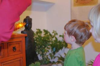 Photo: obětování svíček Buddhovi - offering the light to Buddha