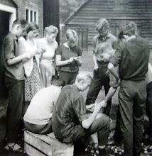 Photo: JG kamp Lemele 1962 v.l.n.r. Geert Enting, Bertha Rijnberg, Boelina Rabs, Jannie Kruit, Harm Hadderingh, Hendrik Speelman en Evert Mennega. Op de krat: ??? en Lute Enting