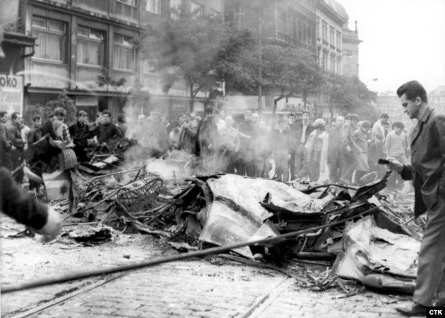 Палаючі уламки автобусів і вантажівок, знищені радянськими танками. Протестувальники використовували їх як барикади, щоб заблокувати підхід радянських військових під стіни будівлі Чехословацького радіо в Празі. 1968 рік