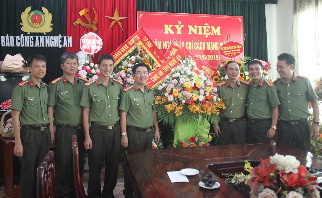 Đồng chí Đại tá Lê Xuân Hoài, Phó Giám đốc Công an tỉnh biểu dương về thành tích xuất sắc của Báo Công an Nghệ An trong thời gian qua