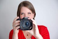 portret van Elisabeth Griffioen, half verdwenen achter een camera