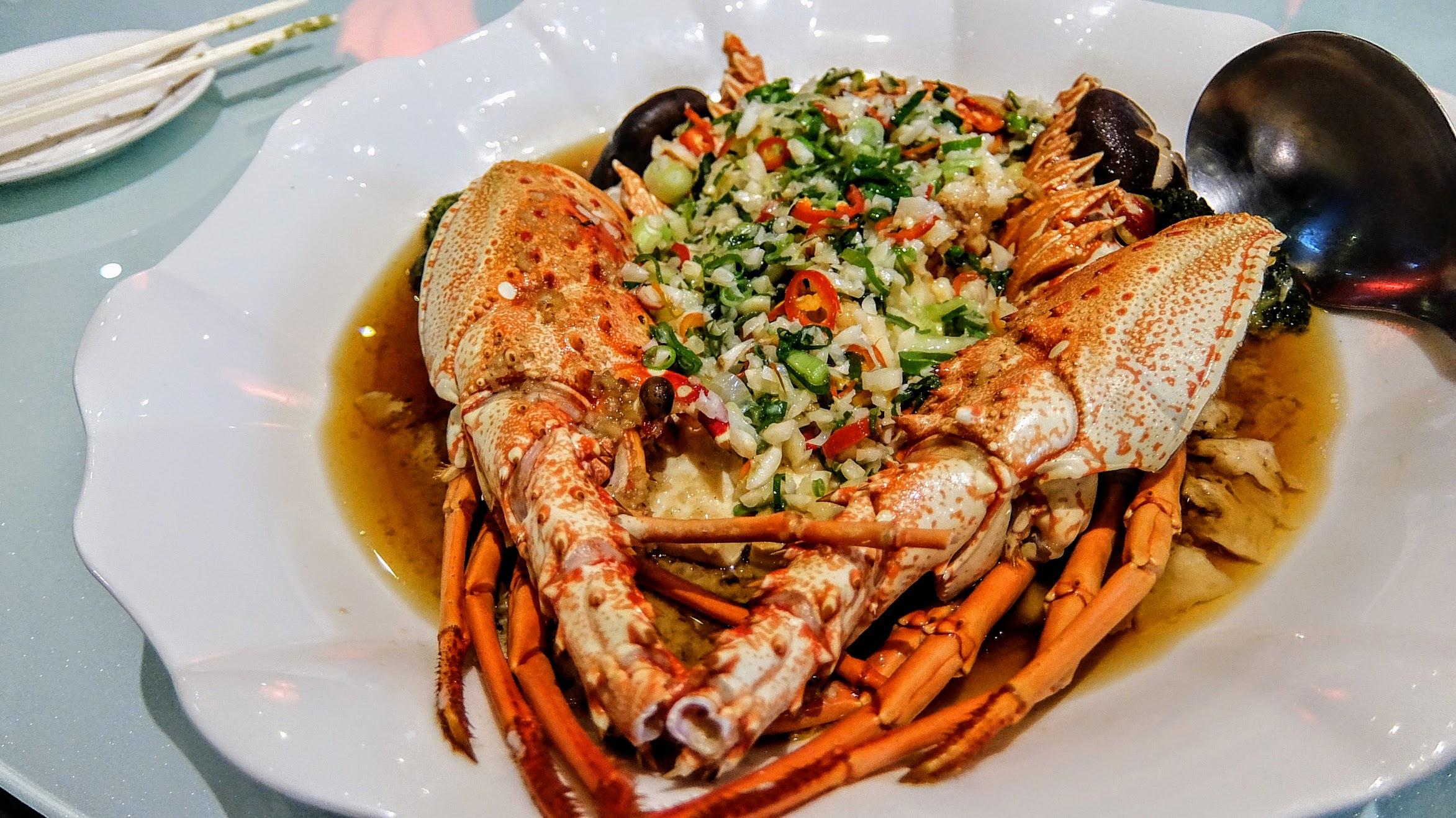 龍蝦,一整隻,不過一桌分下來覺得肉不夠多XDD 上頭有大量提味的蔥花蒜頭等,底下也有豆腐陪襯
