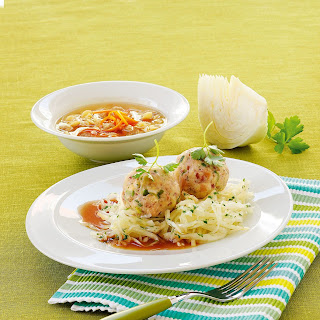 Knöderl auf warmem Krautsalat mit Bratensaft
