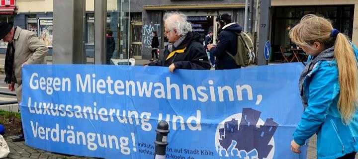 Die Kölner Gruppe «Recht auf Stadt» protestiert mit Plakat «Gegen Mietenwahnsinn, Luxussanierung und Verdrängung».
