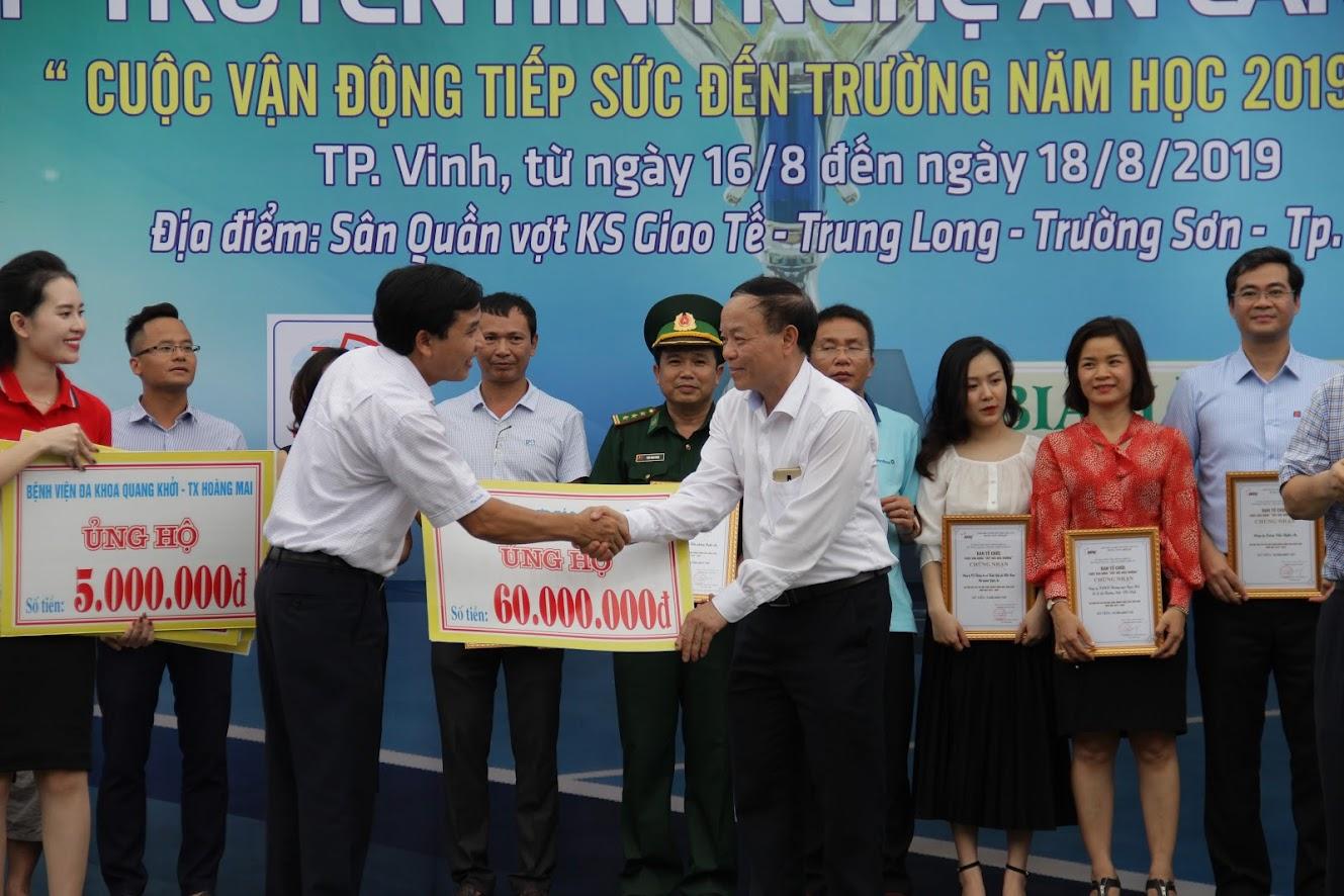 2.Đồng chí Nguyễn Như Khôi - Ủy viên BCH Đảng bộ tỉnh, Giám đốc Đài PT-TH Nghệ An tiếp nhận sự ủng hộ cho chương trình