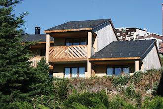 Photo: La résidence en été entouré de verdure