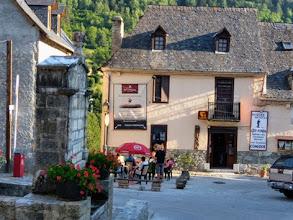 Photo: il ridente borgo di Salardu: sul fondo il Refugi/museo Rosta.