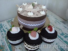 Photo: torta crema cioccolato, 26 cm e dolcetti di feltro al cioccolato decorativi