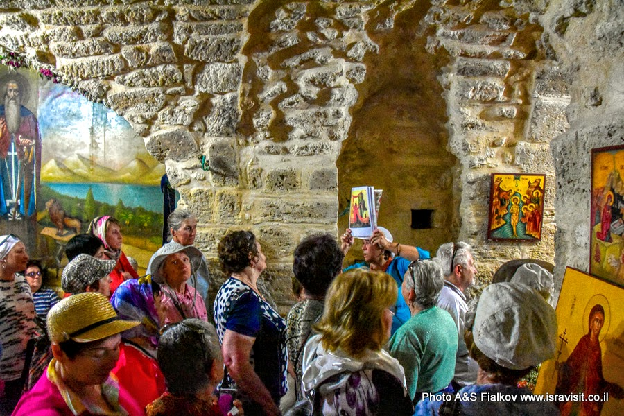 Гид в Израиле Светлана Фиалкова с экскурсией в крипте монастыря Герасима Иорданского в Иудейской пустыне.