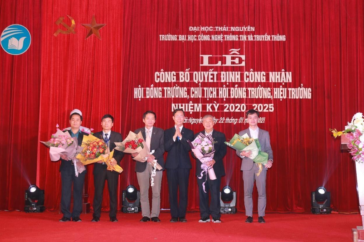 TS. Nguyễn Văn Tảo tặng hoa cảm ơn các đồng chí thành viên Hội đồng trường nhiệm kỳ 2016-2021.