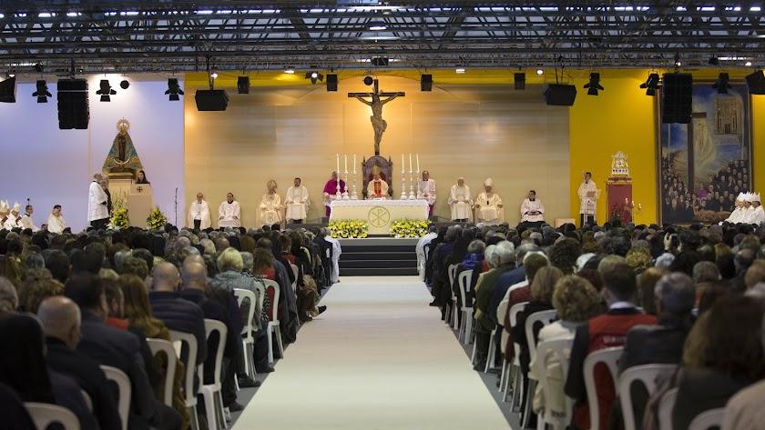 El altar estuvo presidido por las imágenes de la Virgen del Mar y del Cristo del Amor. A la derecha, el relicario con los restos de los mártires.