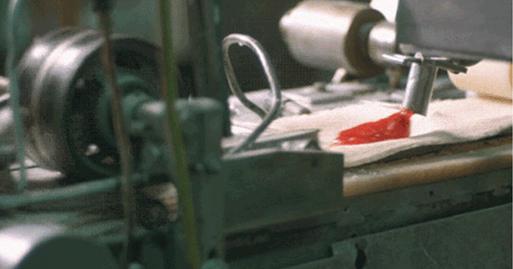 Máquina fechando alimento