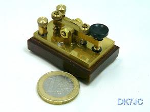 """Photo: Kleine Portabeltaste von """"DJ4TJ""""(sk)   Auflage ca.120 Stk. Bj.:1990-95   45x30 m/m  """"DL"""" #099"""