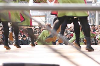 Photo: 2013年に行われた「第13回 浜松 がんこ祭」の写真です。がんこ祭は楽器の街浜松ならではの全国でも唯一「楽器を持って踊ること」のルールの元に、全国から約4500人の参加者と観客10万人が集まる毎年三月に行われるお祭りです。 「浜松 がんこ祭 公式ホームページ」 http://www.ganko-matsuri.com/  2014年は3月15日(土)16日(日)と二日間開催されます。100を越えるチームが優勝を目指し、元気溢れる踊りを披露し、16日の浜松中心街において表彰される最優秀チームの栄誉を目指して競い合います。  ※photo 「zeki」 http://zeki72.exblog.jp/  direct 「株式会社マツヤマデザイン」http://www.md-f.jp/
