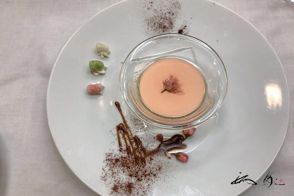 デザート チーズムース 桜のジュレ掛け