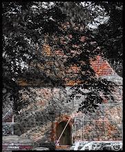 Photo: Das eingerüstete Kirchenschiff der Dorfkirche zu Drechow in Vorpommern aus dem 14./15. Jahrhundert ist auf Feldsteinen errichtet.