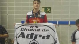 Gonzalo Marín recogiendo su medalla.