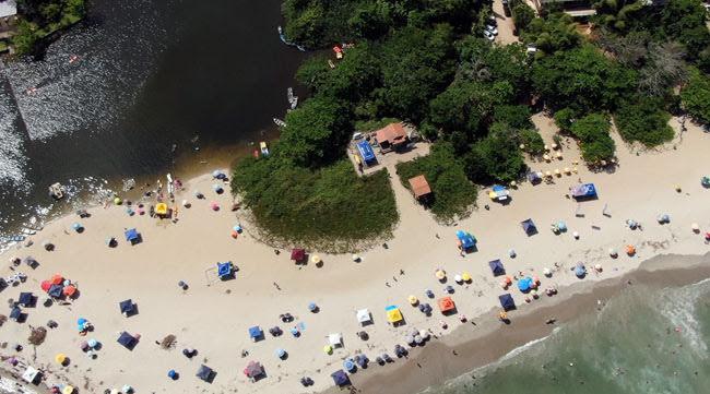 Vista aérea do encontro de rio e praia de Itamambuca