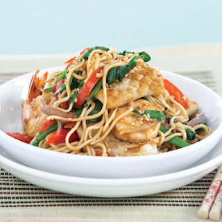 Mixed Seafood Noodles with Garlic Sauce.
